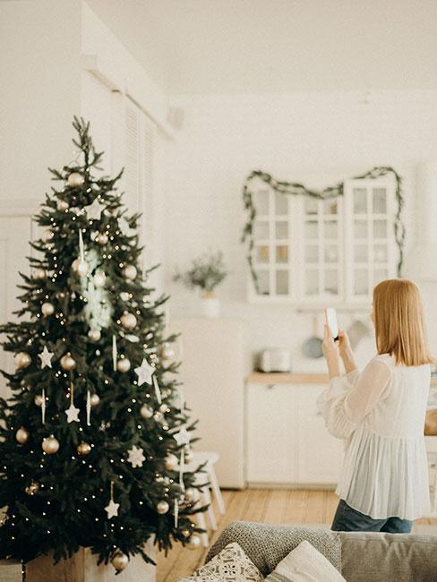 Choinka ubrana na biało w stylu skandynawskim w białym salonie