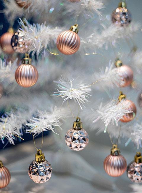 bombki w kolorze z różowego złota na białej choince