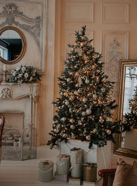 Choinka ze złotymi dekoracjami w barokowym salonie