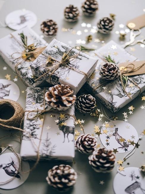Prezenty na mikołajki w białym papierze prezentowym i szyszkami