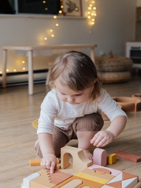 Dziecko bawiące się prezentem na mikołajki