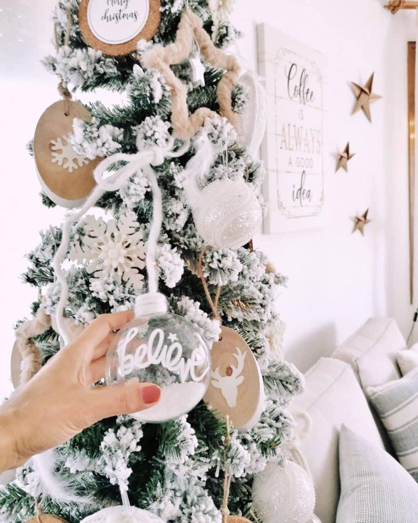 Białe dekoracje na choince