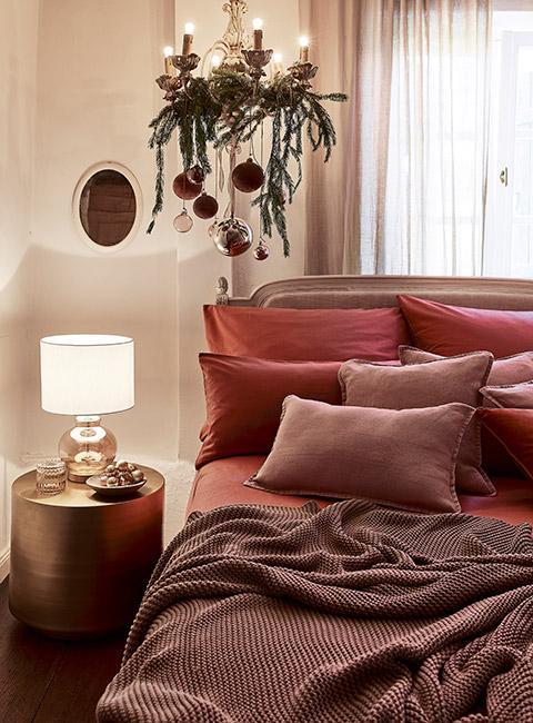 Przytulna sypialnia z pościelą w odcieniach ciemnego różu