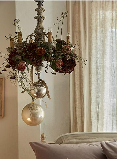 dekoracja świąteczna na żyrandolu w sypialni