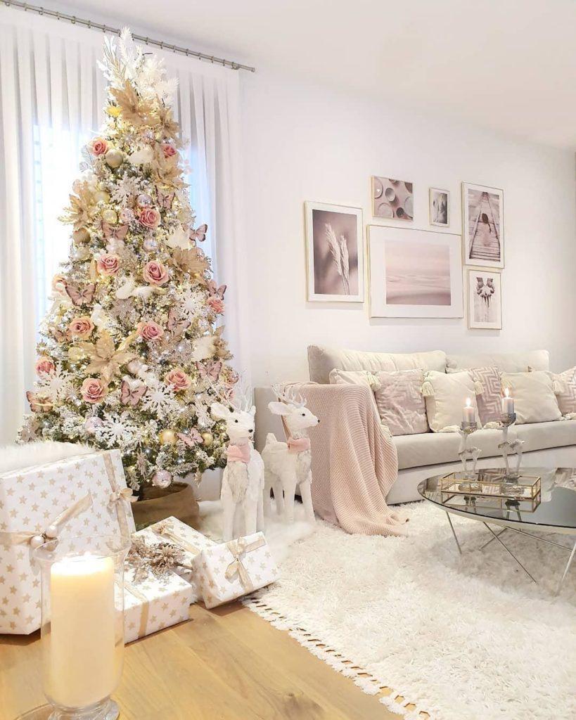 Jasny salon glamour z białą choinką z różowymi ozdobami