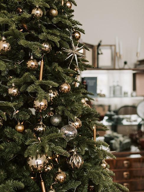choinka w domu: Choinka minimalistycznie ozdobiona złotymi dekoracjami