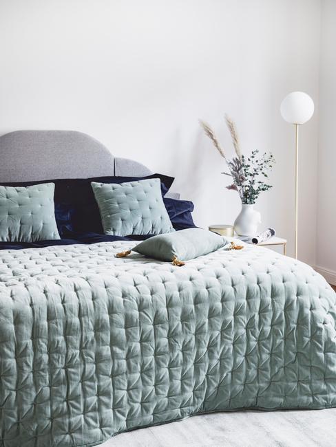 niebieska sypialnia: Pikowana turkusowa narzuta na łóżko z pasującymi poduszkami dekoracyjnymi