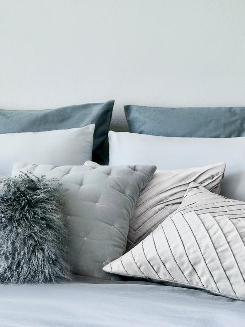 Poduszki dekoracyjne w odcieniach niebieskich i białym