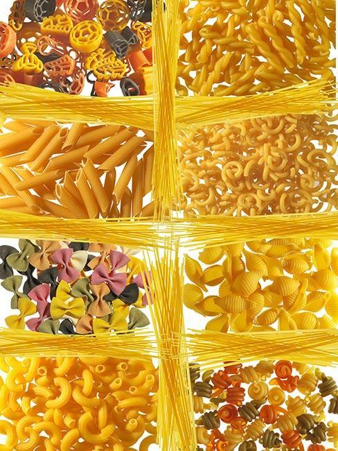 Ułożone rodzajami różne makarony