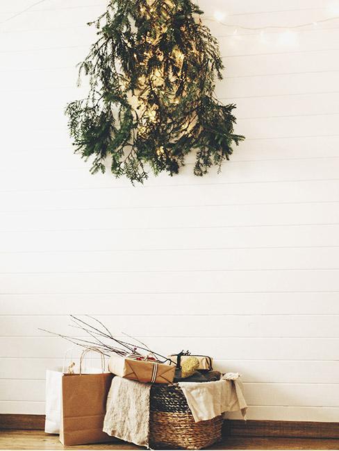 Kilka gałązek zielonej rośliny powieszone pod sufitem imitujące choinkę