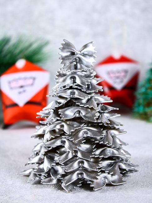 jak zrobić choinkę: Choinka zrobiona z makaronu kokardek pomalowana na srebrno