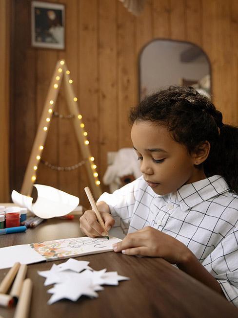 Mała dziewczynka rysująca na kartce