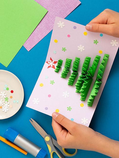 Choinka na papierze utworzona z przyklejonego zielonego papieru pozginanego w harmonijkę