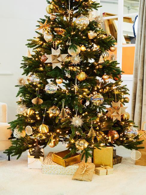 choinka czerwono złota: Choinka z ośnieżonymi sztucznym śniegiem gałązkami, z dekoracjami w kolorze złotym i różowego złota: Choinka z dekoracjami w kolorze złotym i srebrnym, pod choinką prezenty w złotych opakowaniach