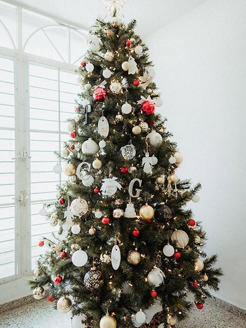 Choinka ustrojona dekoracjami w kolorze bieli i czerwieni