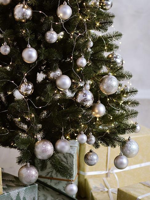 Choinka ustrojona w dekoracje w kolorze srebrnym