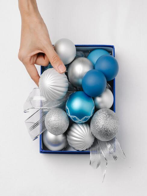 pudełko ze srebrnymi niebieskimi bombkami na choinkę