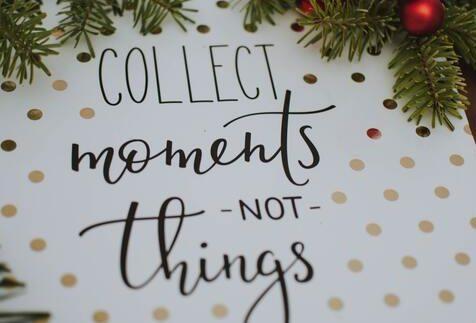 """Biała kartka w złote kropki z napisem """"kolekcjonuj momenty nie rzeczy"""""""