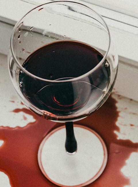 Plamy z czerwonego wina przy oknie