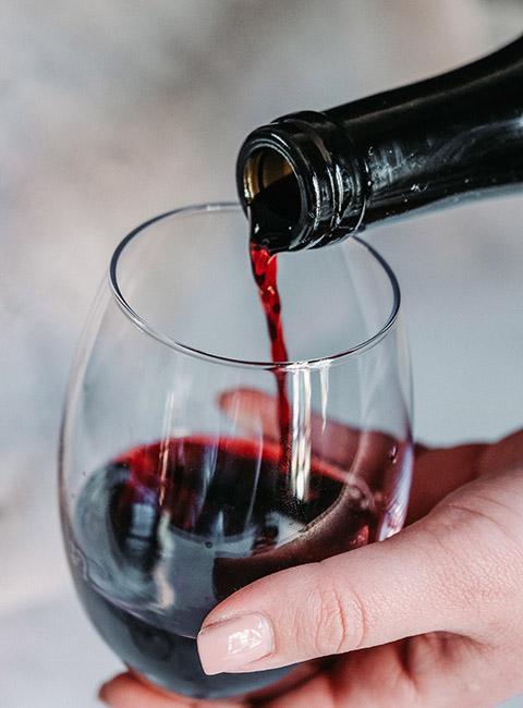 Kieliszek napełniany czerwonym winem