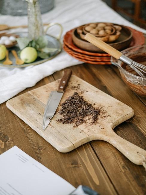 Kawałki czekolady pokruszone na desce do krojenia