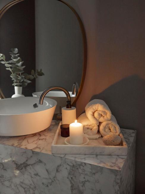 ciemna łazienka: Łazienka z wolnostojącą umywalką w kolorze białym, na marmurowym blacie w łazience z ciemnymi ścianami