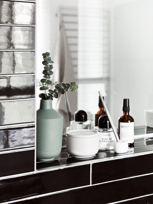 Łazienka z w kolorze białym i czarnym, kafelki w kolorze połyskującej czerni