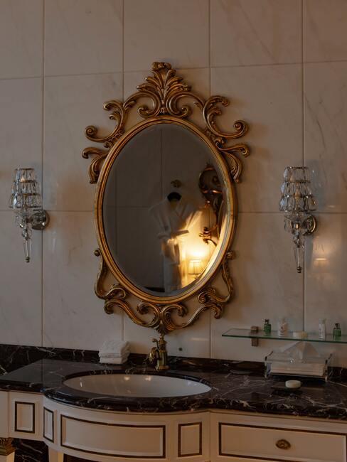 Lustro w wiktoriańskim stylu w ciemnej łazience z