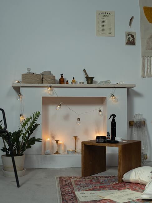 Portal kominkowy z drewniana półką i różnymi ozdobami