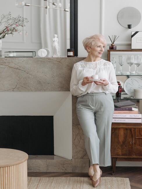 Kominek w stylu nowoczesnym wykończny marurem w kolorze beżowym i białym