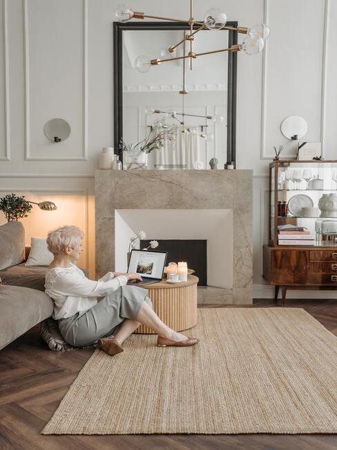 jak obudować kominek: Kominek w stylu nowoczesnym wykończny marurem w kolorze beżowym i białym
