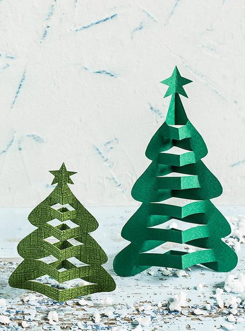 Dwie proste zielone choinki z papieru