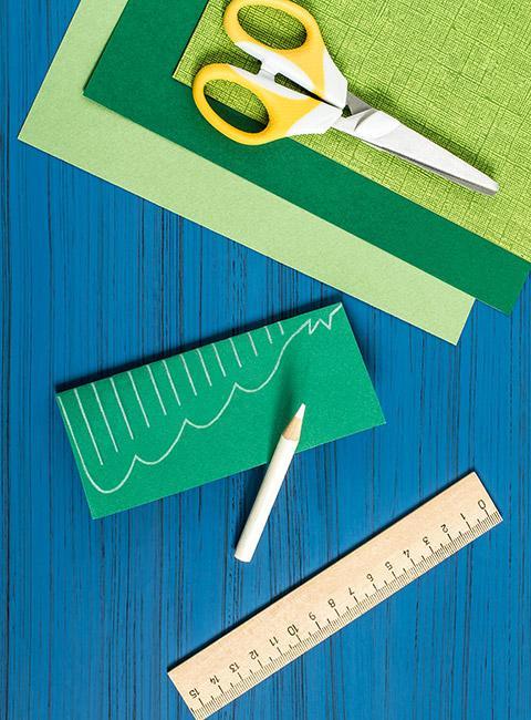 materiały papierniczedo zrobienia prostej choinki z papieru