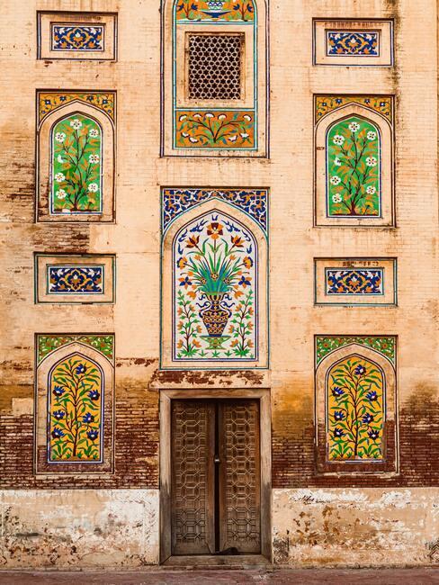 Ozdobne malunki na oknach w różnych kolorach i wzorach w budynku