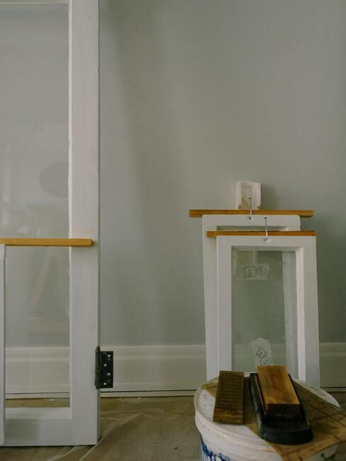 Drzwi i małe okna czekające pod ścianą na zamonrowanie
