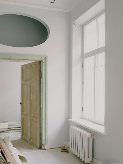 Drzwi i rama pomalowana preparatem do zabezpieczania drewna
