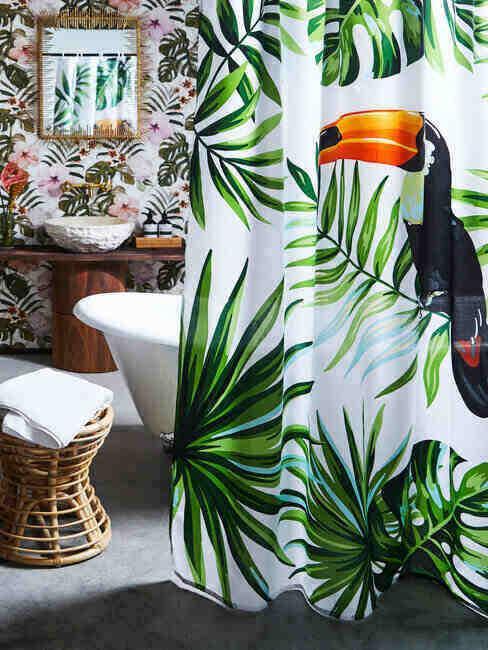 Łazienka z zasłoną prysznicową w motywie liści