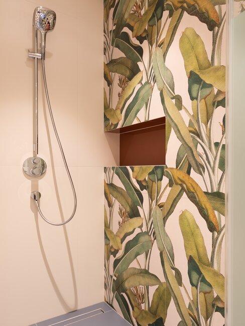 Łazienka z prysznicem w kolorowe płytki z motywem roślinnym
