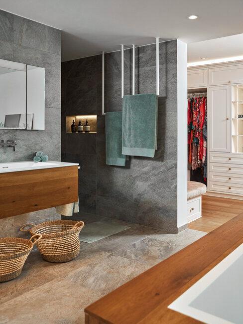 Duża łazienka w marmurze z zielonymi ręcznikami