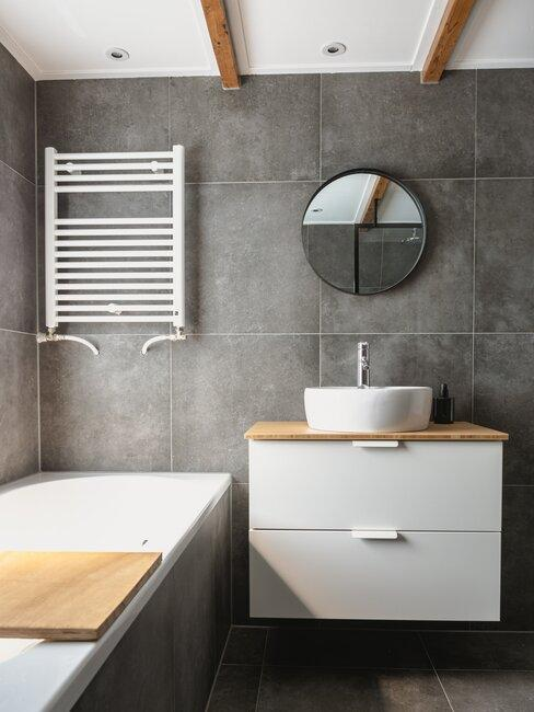 Łazienka w stylu scandi ze ścianą w kolorze matowej czerni