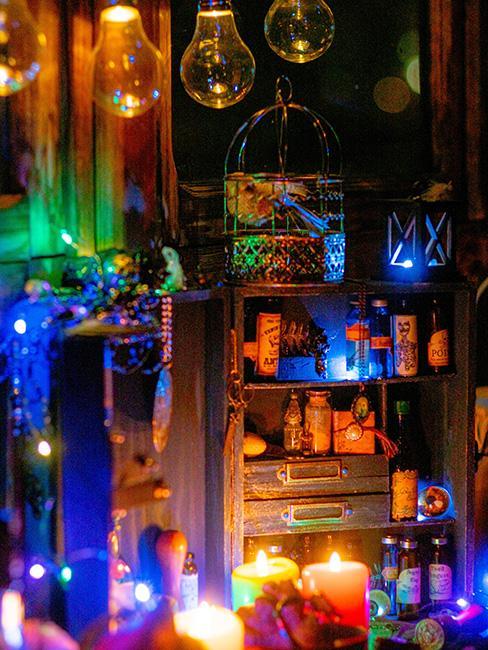 Klimatycznie urządzony pokój, kolorowe światełka porozwieszane po meblach