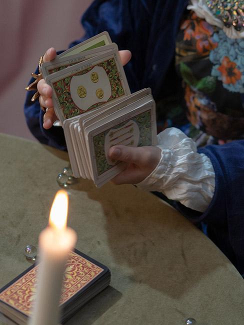 wróżby andrzejkowe: Osoba tasująca karty tarot