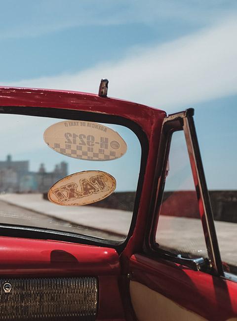 Naklejki na przedniej szybie czerwonego kabrioletu