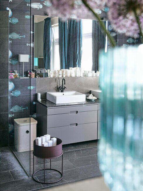 Niebieska łazienka z motywem ryb