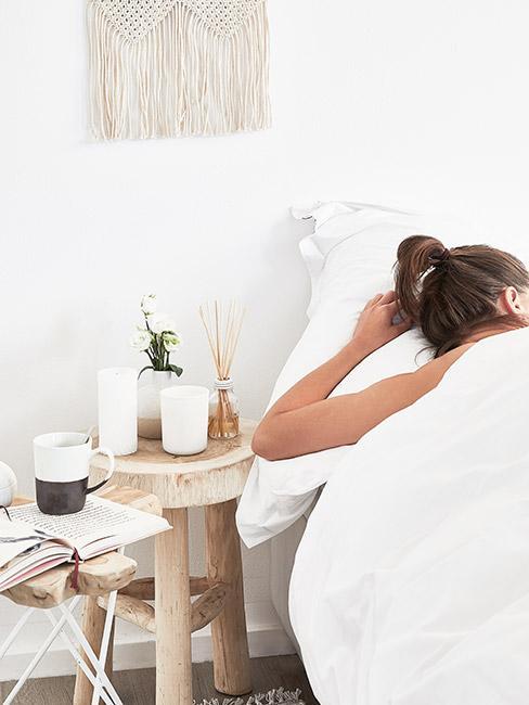 Kobieta leżąca w łóżku i mająca sny