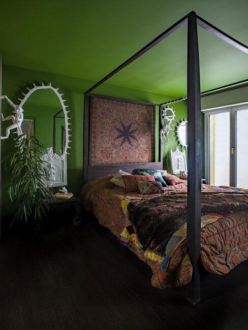 Łóżko przykryte narzutą w stylu orientalnym