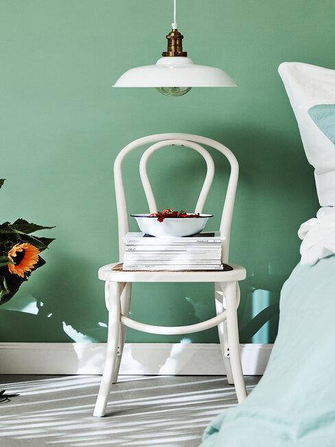 Zbliżenie na krzesło stojące w zielonej sypialni