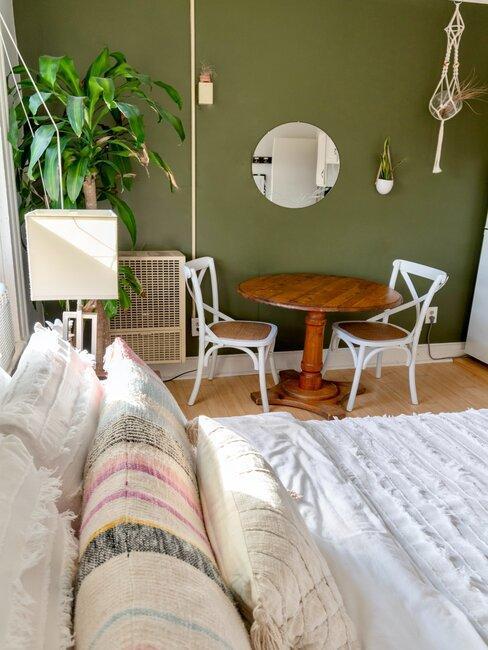 Wnętrze zielonej sypialni z oliwkową ścianą