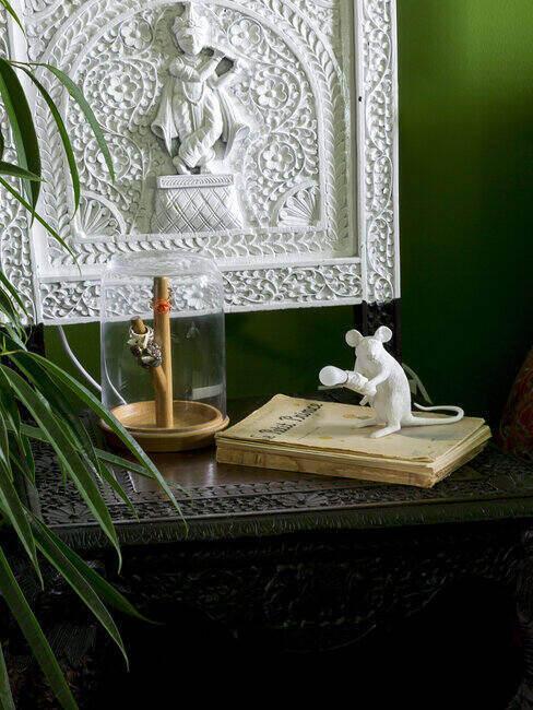 Zbliżenie na stolik nocny z lampką w kształcie myszy