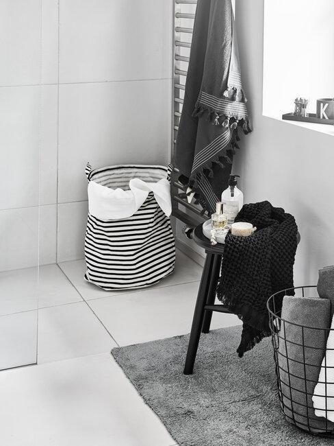 Podłoga w łazience, obok kosz na pranie